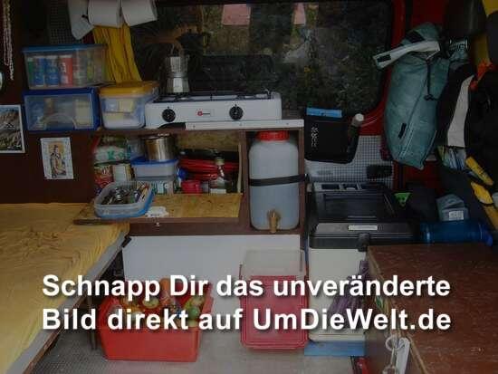 Flammengasgrill mit Espresso-Maschine, offenem Kuechenschrank ...