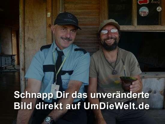 der nationalparkwaechter jose offeriert chimarrao (mate in brasilien)