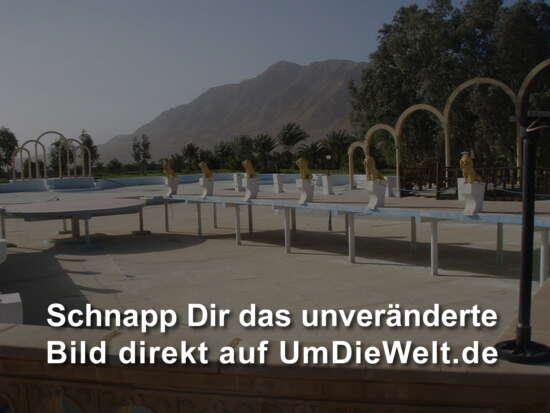 der riesige Pool mit Steganlage