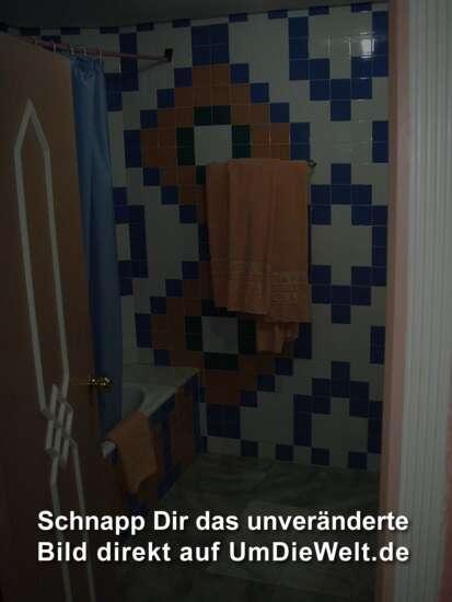 die Dusche, rechts noch ne riesige Spiegelwand