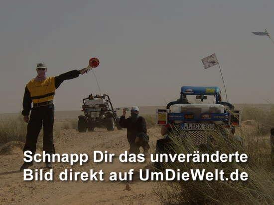 Polizeikontrolle mitten in der Wüste...wie bekloppt...