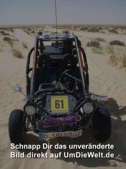 defekter Buggy alleine in der Wüste