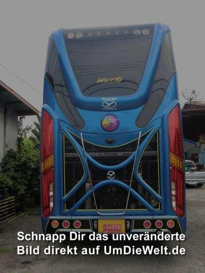 der Bus von hinten