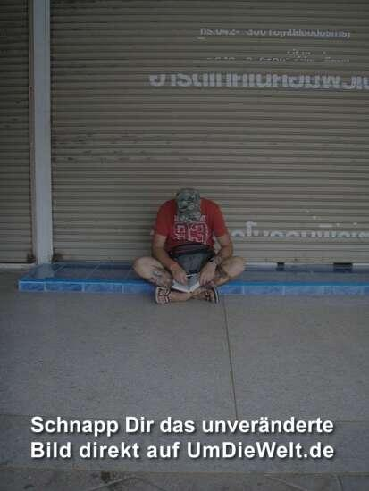 da pennt der gestrandete Deutsche doch in Nakhon ein...ne, der liest nur im Buch..