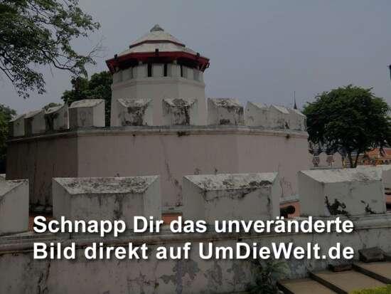 ...der alten Stadtmauer mit einem Verteidigungsturm vorbei.....