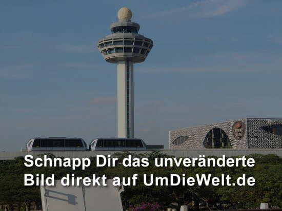 Flughafentower mit Skytrain